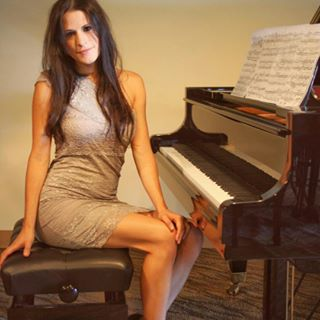 Image of pianist Krystle Rose