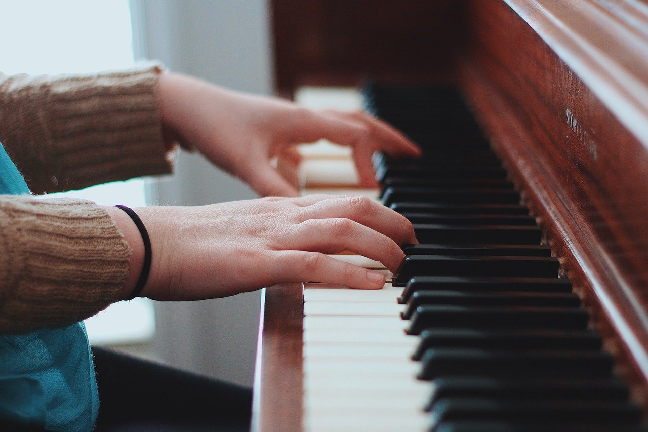 can't play the piano with both hands